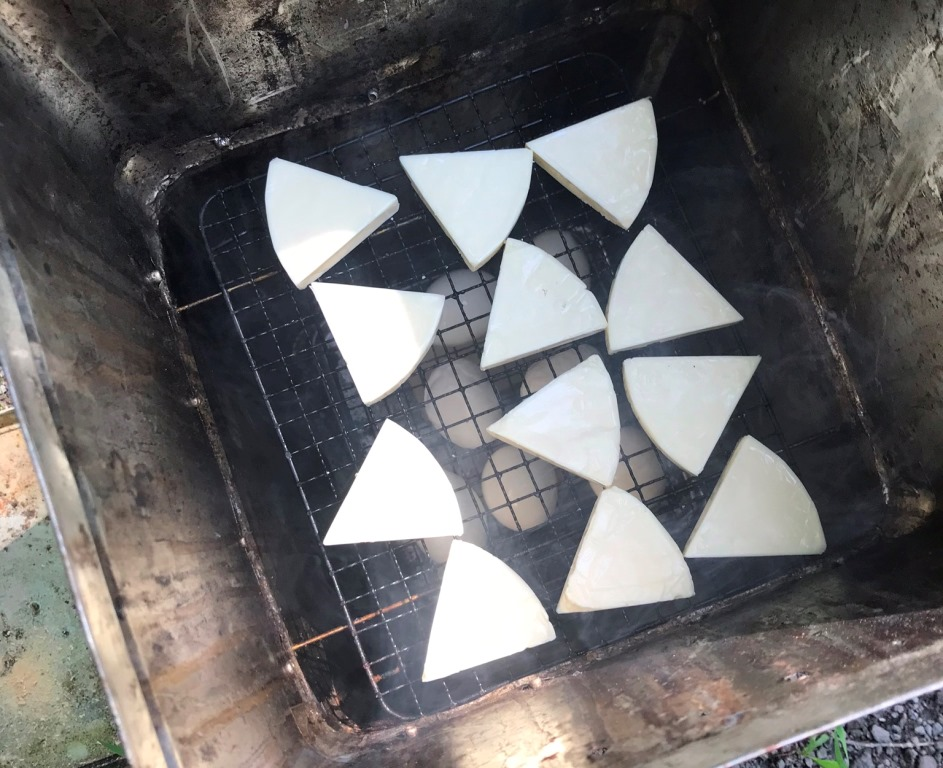 自作燻製器でキャンプ